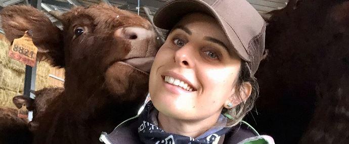 Pauline Garcia, éleveuse de Salers dans le Cantal et comportementaliste animalier