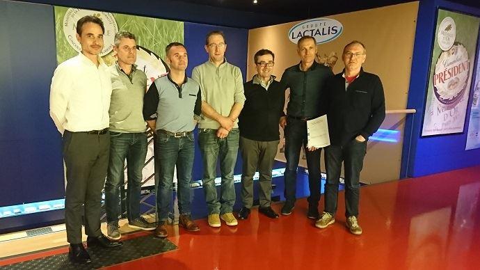 Les représentants des OP FMB Grand Ouest et Normandie ont signé un accord cadre avec Fabien Choiseau, directeur approvisionnement lait France de Lactalis.