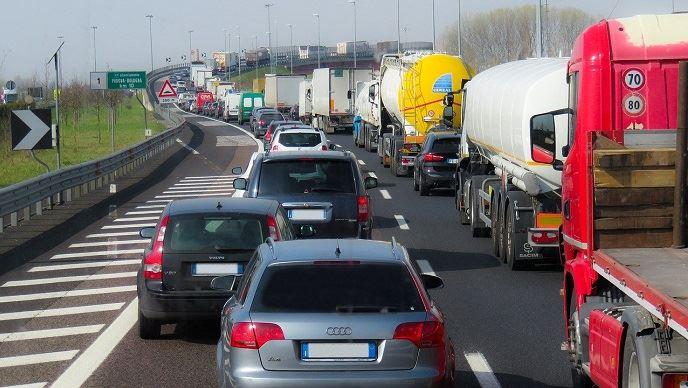 Route avec camions et voitures
