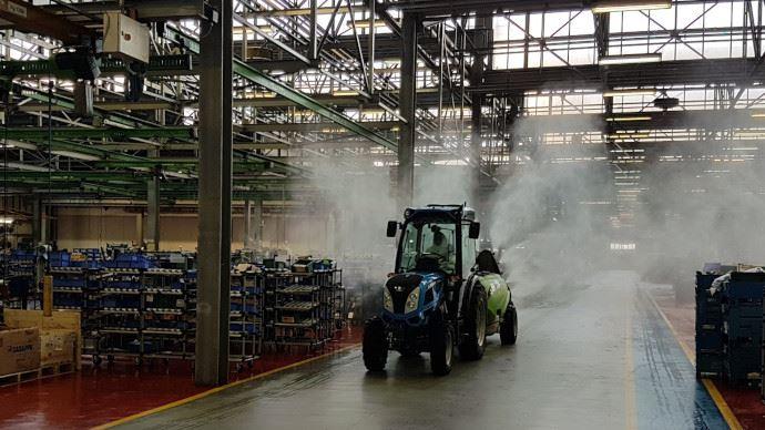 Désinfection des usines Argo tractors en Italie pour être prêt à redémarrer.
