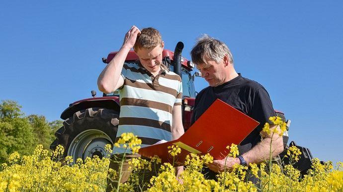 vieil agriculteur avec un futur agriculteur