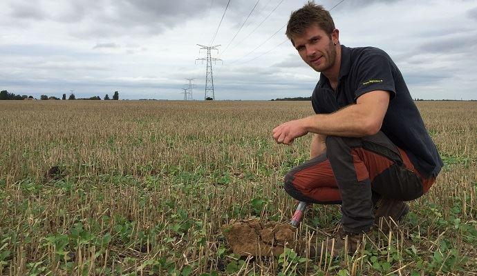 Jean-Christophe Leicher dans un champ de colza associé