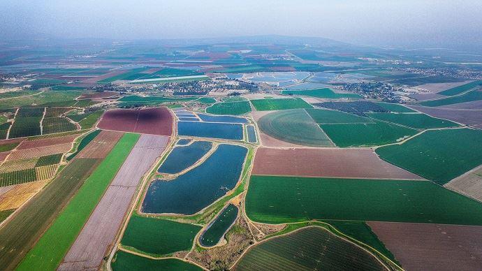 En Israël, le taux de réutilisation des eaux usées traitées (REUT) atteint 80% du volume d'eaux usées, dont 71% servent aux cultures.