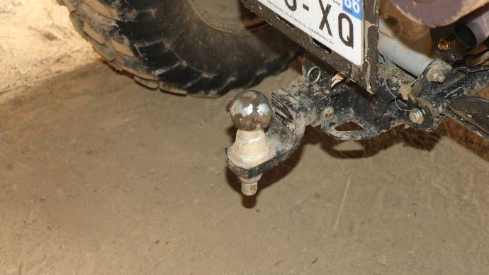 La fixation de l'attelage est légèrement trop basse, ce qui réduit la garde au sol et provoque quelques frottements dans les parcelles accidentées.