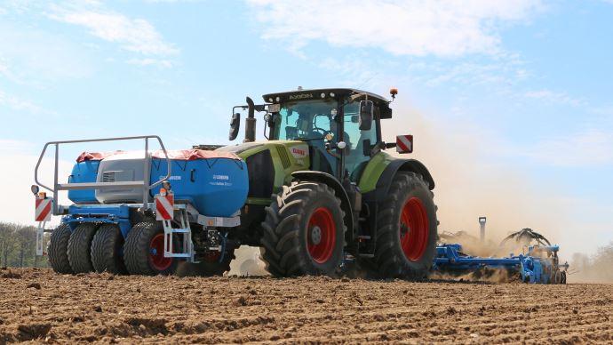 Ensemble de semis Lemken avec trémie frontal pour mieux équilibrer la charge sur le tracteur.