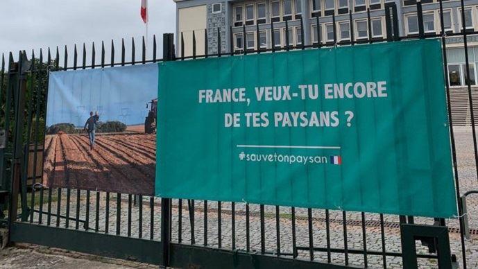 Affiche devant une préfecture normande lors d'une action syndicale en octobre 2019