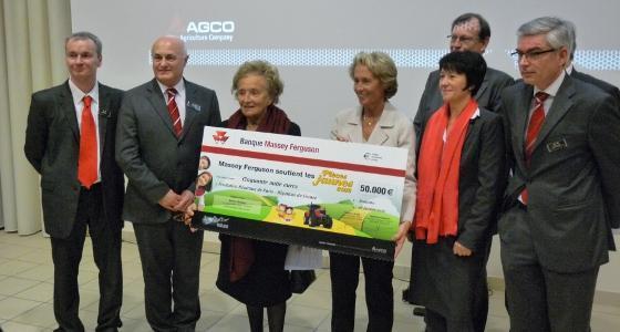 Dans le cadre de l'opération Pièces Jaunes 2012, Massey Ferguson a remis un chèque de 50.000 € à Bernadette Chirac