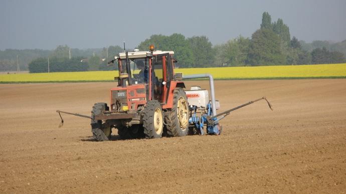 Ancien tracteur agricole avec autoguidage RTK